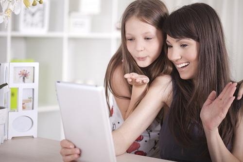 Mutter und Tochter beim Videotelefonieren übers Internet