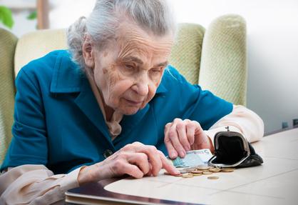 Seniorin zählt ihr Kleingeld