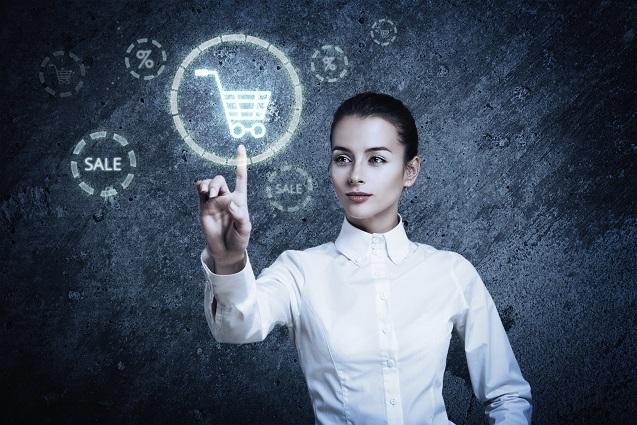 Frau zeigt auf ein Einkaufswagen-Symbol