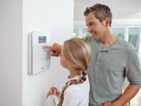 Mit einer mechatronischen Funkalarmanlage können Verbraucher selbst dazu beitragen, dass Einbrecher gar nicht erst ins Gebäudeinnere gelangen. Foto: djd/ABUS