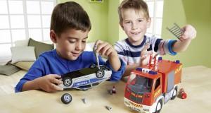 Voller Stolz bauen die Kids ihr Traumauto selbst zusammen. Foto: djd/Revell Modellbau