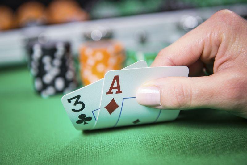 Pokerspieler sieht seine Karten an